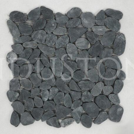 black-slice-interlock-czarne-ciete-otoczaki-mozaika-kamienna-na-siatce-industone